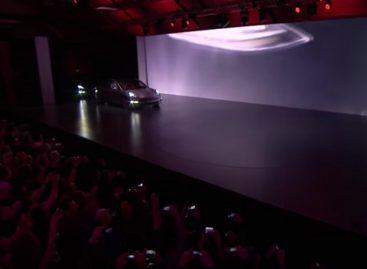 Tesla 3 выехала к зрителям