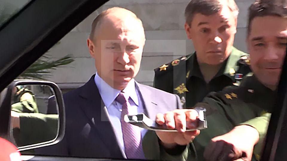 Генерал открывает дверь УАЗа