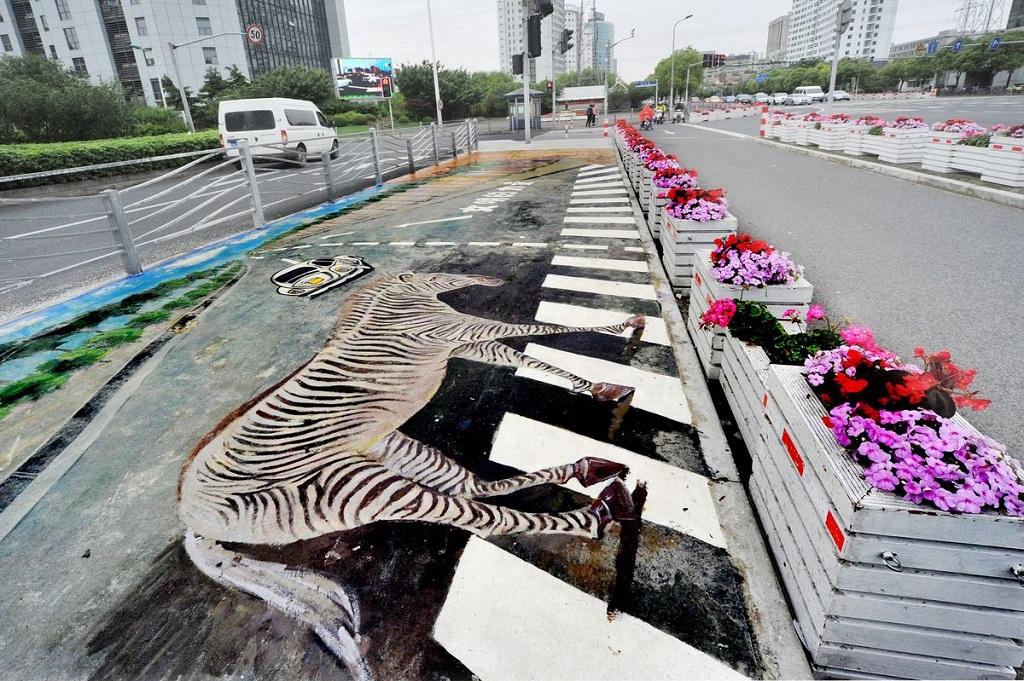 Зебра на пешеходном переходе в Шанхае