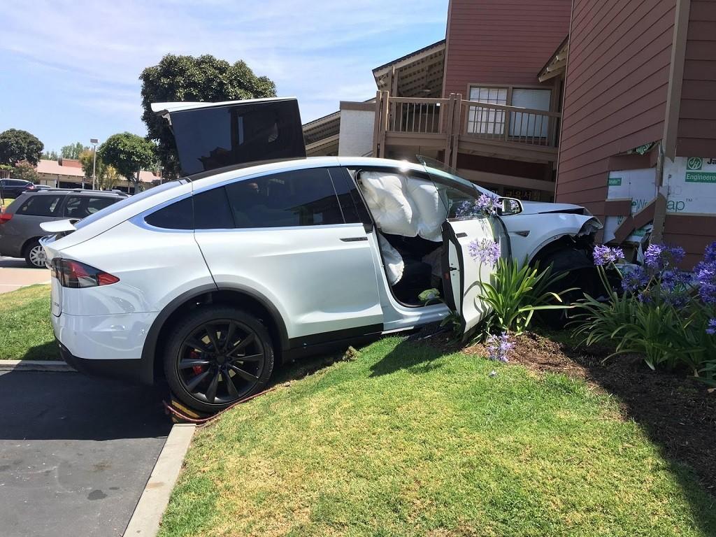 Tesla Model X въехала в торговый центр