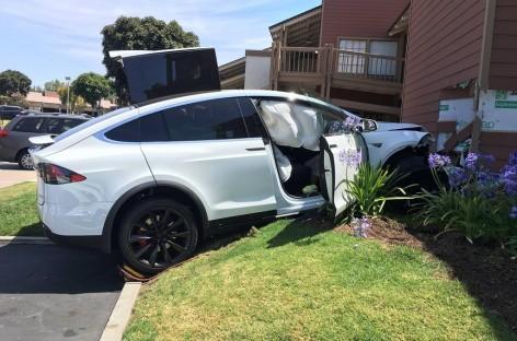 Tesla въехала в торговый центр
