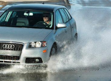 Как водить на мокрой дороге?