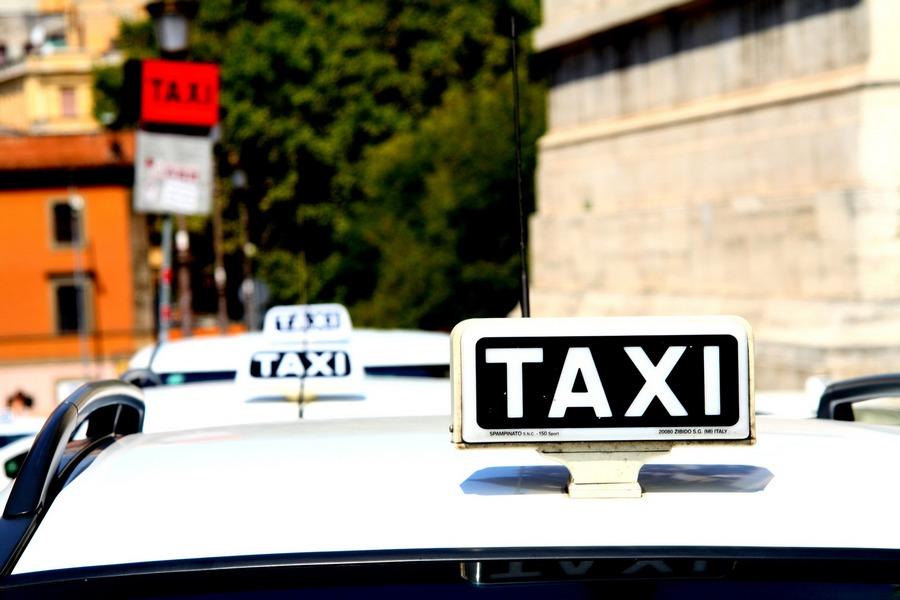 taxi-1184799_1920
