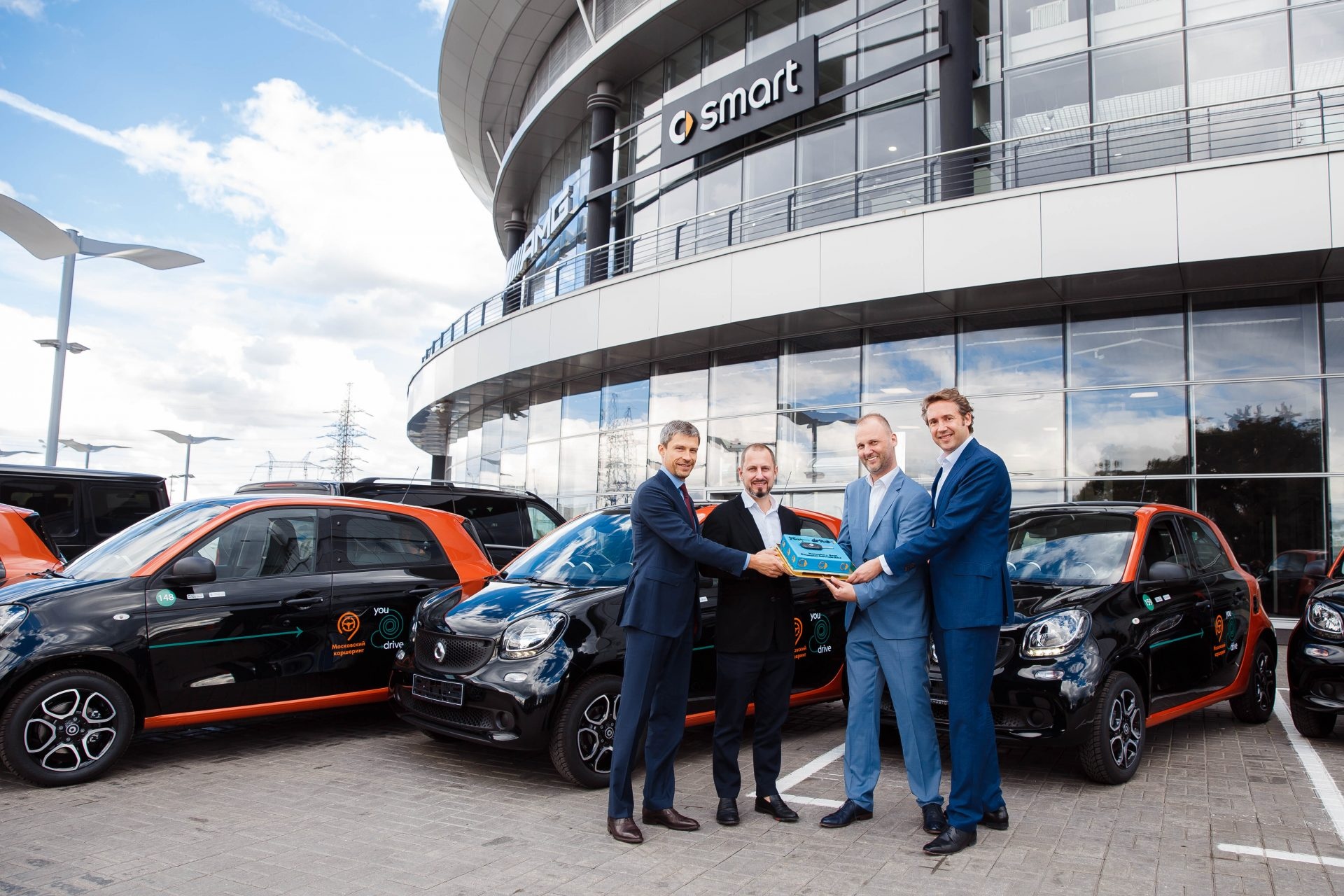 Панавто передал 300 автомобилей smart для московского каршеринга YouDrive