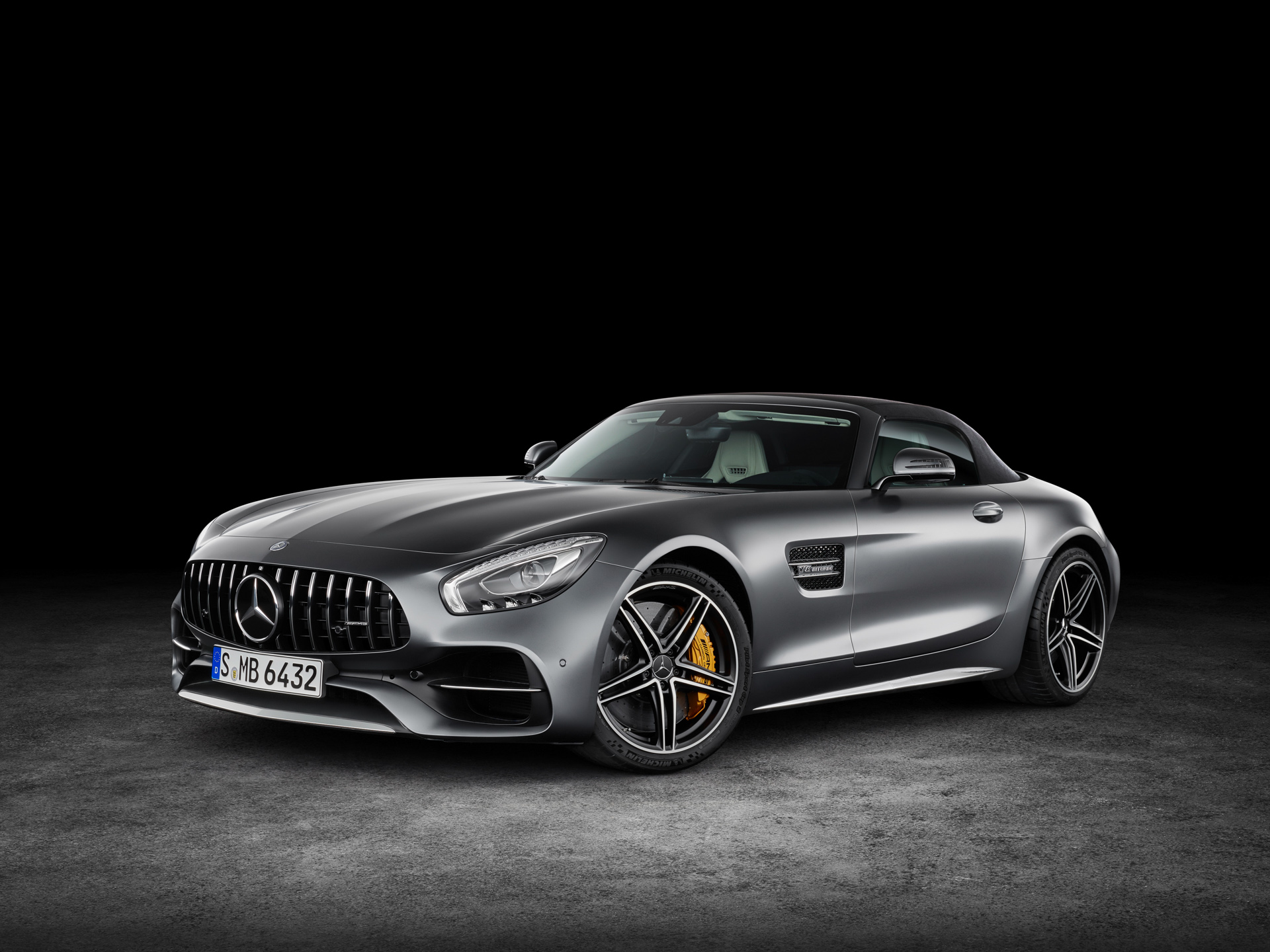 AMG GT C Roadster (R 190), 2016; Exterieur: designo selenitgrau magno; Interieur: Leder Nappa Exklusiv macchiatobeige ;Kraftstoffverbrauch kombiniert: 11,4 l/100 km, CO2-Emissionen kombiniert: 259 g/km AMG GT C Roadster (R 190), 2016; exterior: designo selenit grey magno; interior:Nappa leather exclusive macchiato beige; fuel consumption, combined: 11.4 l/100 km; combined CO2 emissions: 259 g/km
