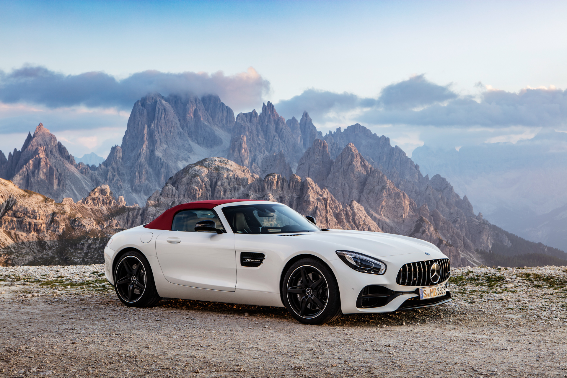 AMG GT Roadster (R 190), 2016; Exterieur: designo diamantweiß bright; Interieur: Leder Nappa Exklusiv schwarz/ red pepper ;Kraftstoffverbrauch kombiniert: 9,4 l/100 km, CO2-Emissionen kombiniert: 219 g/km AMG GT Roadster (R 190), 2016; exterior: designo diamond white bright; interior:Nappa leather exclusive black/red pepper; fuel consumption, combined: 9.4 l/100 km; combined CO2 emissions: 219 g/km