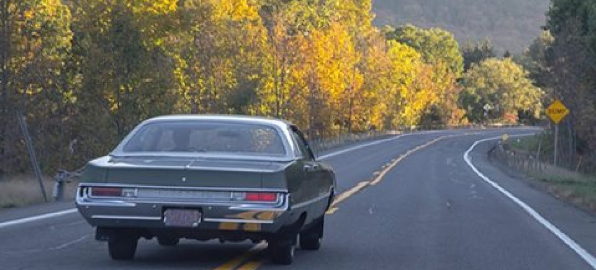 Крайслер Ньюпорт 1969-го года на американской трассе