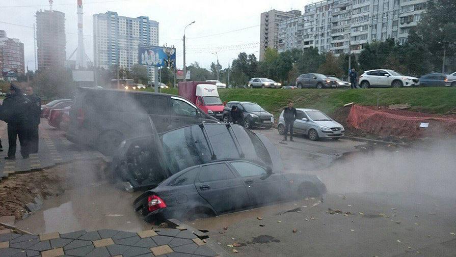 Авария в Самаре. Машины провалились в промоину