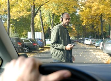 Почти 70% российских водителей отвлекаются на пешеходов
