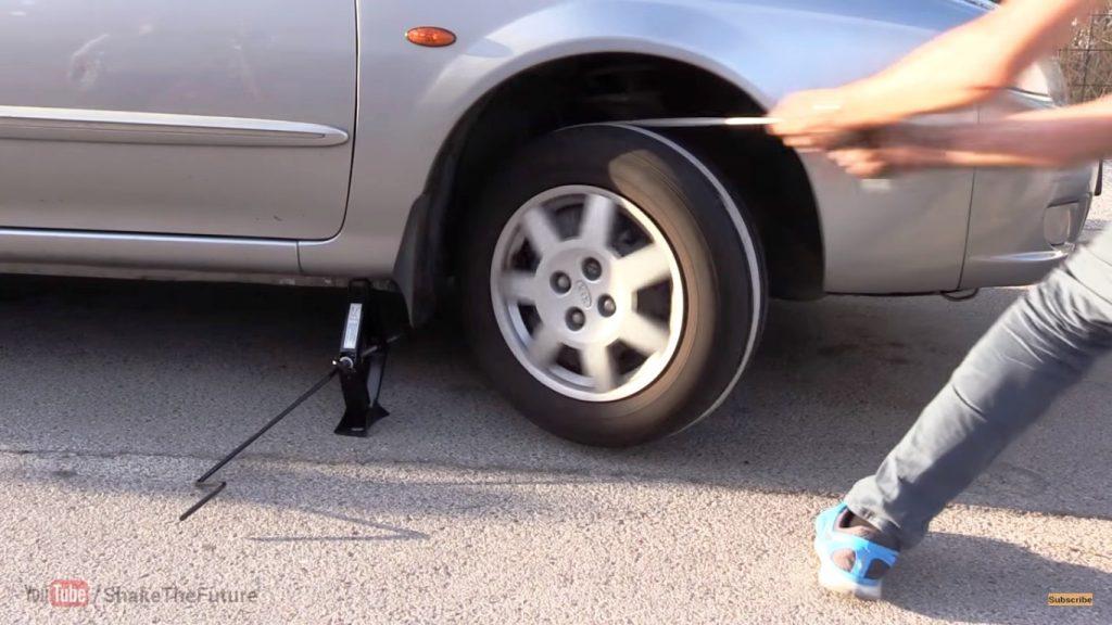 Как завести автомобиль с помощью верёвки и домкрата