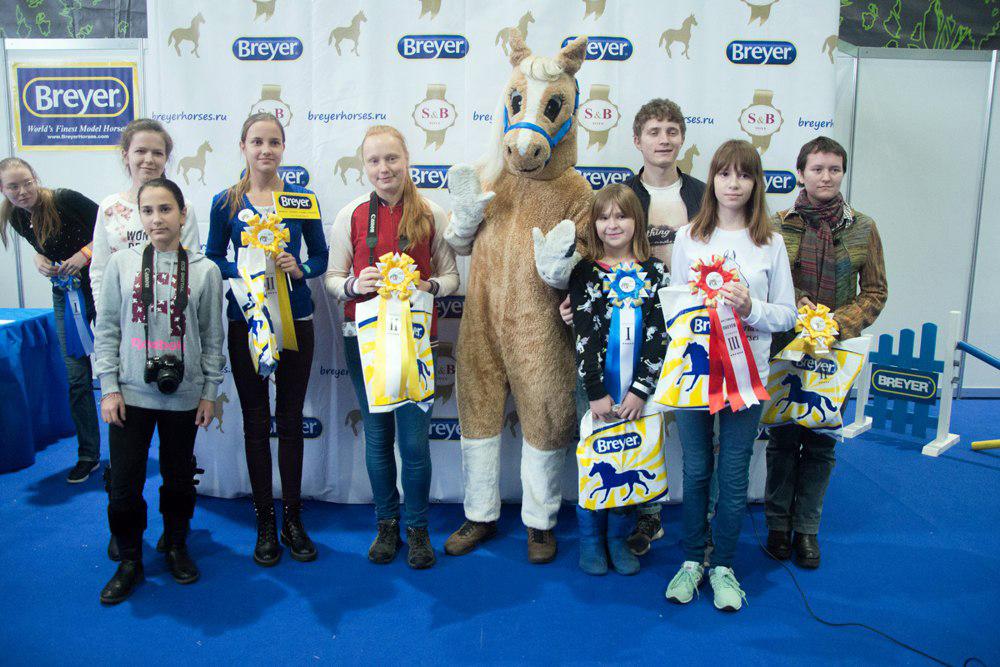 Победители и призёры фестиваля Breyer-2016 с символом фестиваля Лошадкой Паломино. Фото из архива официальной группы Breyer