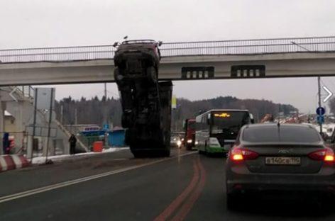 Грузовик вместо опоры моста