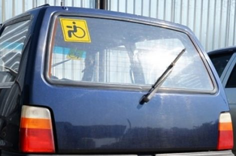 Автонаклейки со знаком «Инвалид» могут изъять из продажи в Москве