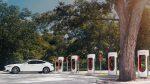 Tesla ввела штрафы за простой на «заправках»