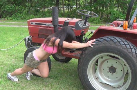 Сексуальные девушки управляют тракторами и бульдозерами