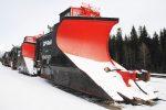 Мощные поезда рассекают горы снега