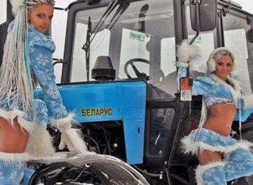 Рождественские новогодние тракторы, машины и сексуальные девушки