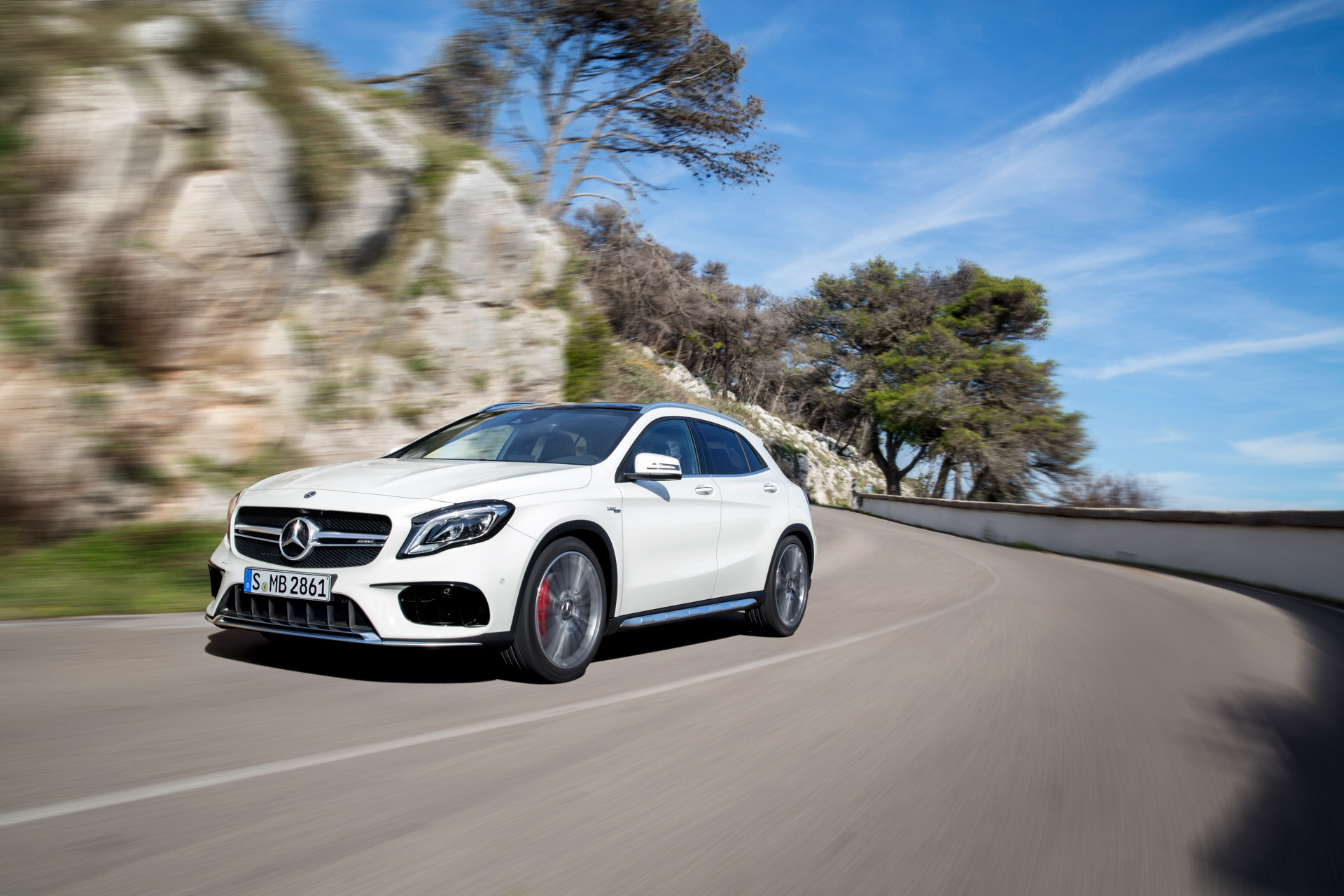 Mercedes-AMG GLA 45 4MATIC, Exterieur, zirrussweiß ;Kraftstoffverbrauch kombiniert:  7,4 l/100 km, CO2-Emissionen kombiniert: 172 g/km Mercedes-AMG GLA 45 4MATIC, exterior, cirrus white; Fuel consumption combined:  7,4 l/100 km; Combined CO2 emissions: 172 g/km