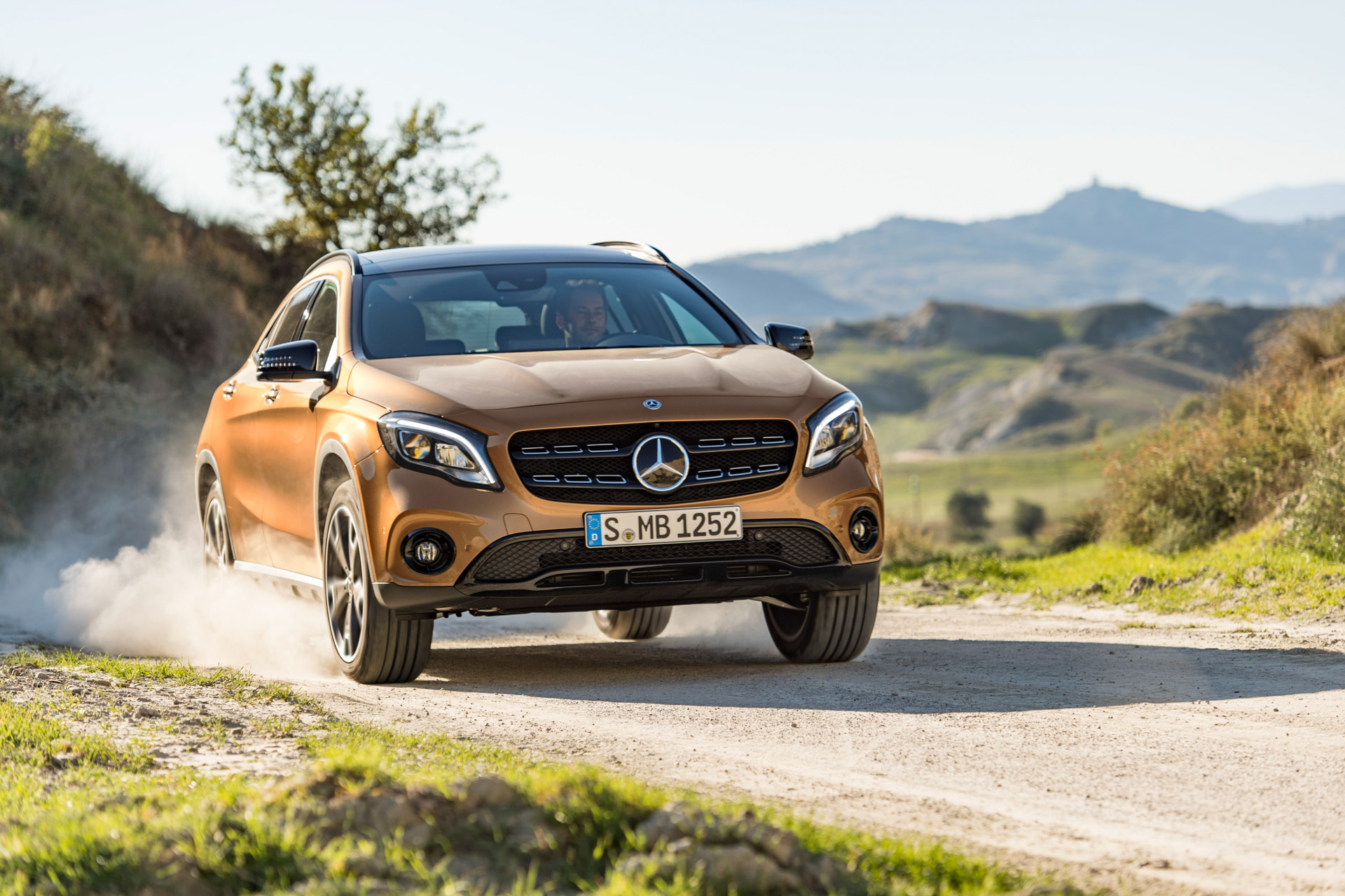 Mercedes-Benz GLA 220d 4MATIC, canyonbeige, Fahraufnahme ;Kraftstoffverbrauch kombiniert: 4,8 l/100 km, CO2-Emissionen kombiniert: 127 g/km Mercedes-Benz GLA 220d 4MATIC, canyon beige, driving shot; Fuel consumption combined:  4.8 l/100 km; Combined CO2 emissions: 127 g/km