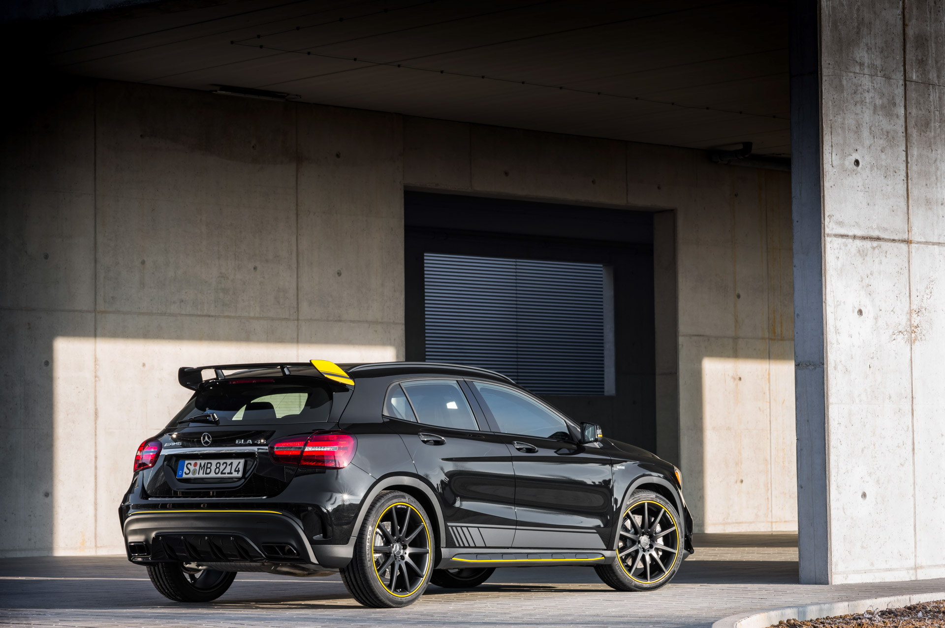 Mercedes-Benz AMG GLA 45 4MATIC Yellow Night Edition, cosmosschwarz ;Kraftstoffverbrauch kombiniert: 7,4 l/100 km, CO2-Emissionen kombiniert: 172 g/km Mercedes-Benz AMG GLA 45 4MATIC Yellow Night Edition, cosmos black; Fuel consumption combined:  7.4 l/100 km; Combined CO2 emissions: 172 g/km