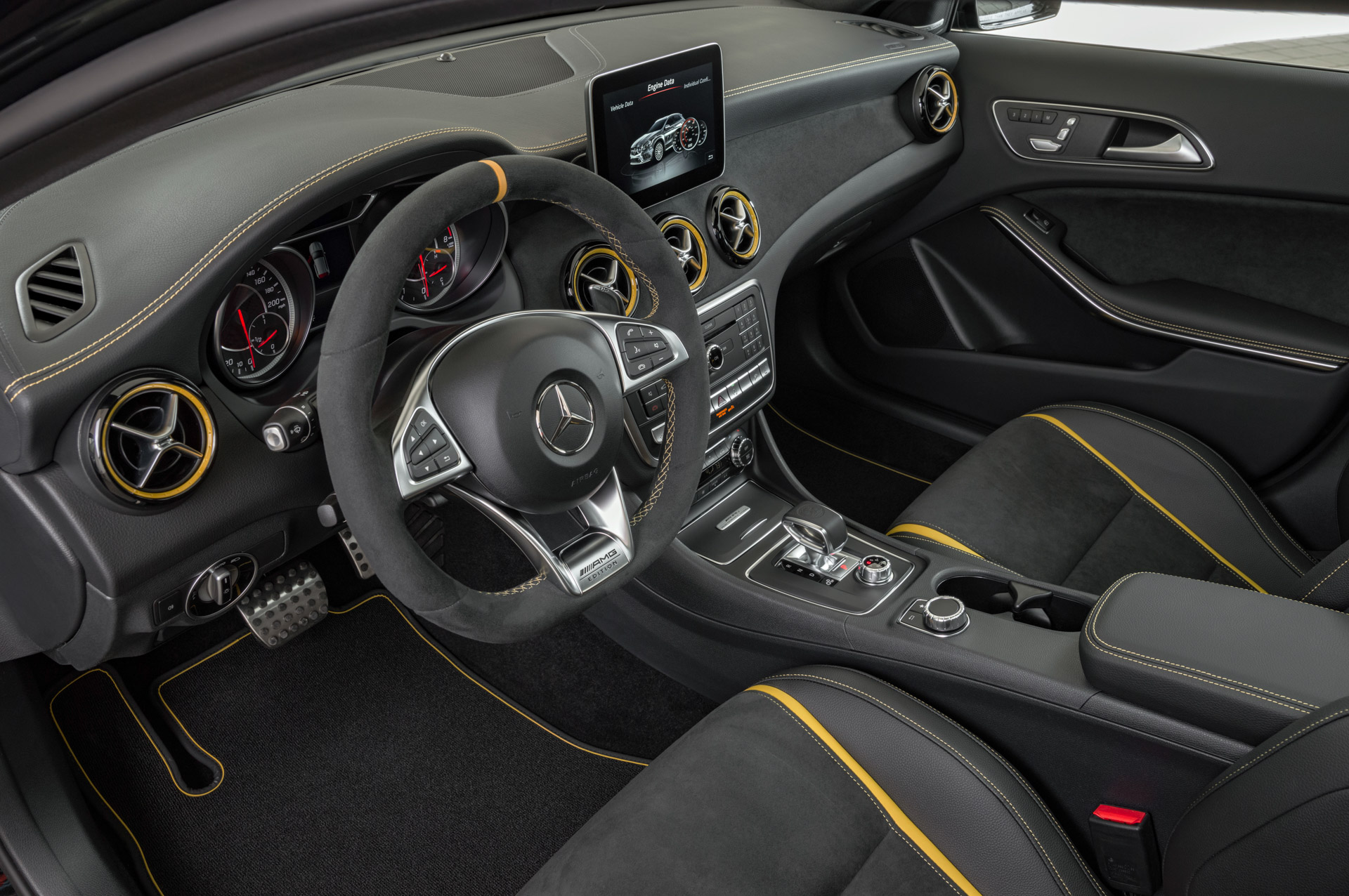 Mercedes-Benz AMG GLA 45 4MATIC Yellow Night Edition, cosmosschwarz, Innenausstattung: ARTICO/Mikrofaser DINAMICA ;Kraftstoffverbrauch kombiniert: 7,4 /100 km, CO2-Emissionen kombiniert: 172 g/km Mercedes-Benz AMG GLA 45 4MATIC Yellow Night Edition, cosmos black, Interior: ARTICO/microfibre DINAMICA; Fuel consumption combined:  7.4 l/100 km; Combined CO2 emissions: 172 g/km