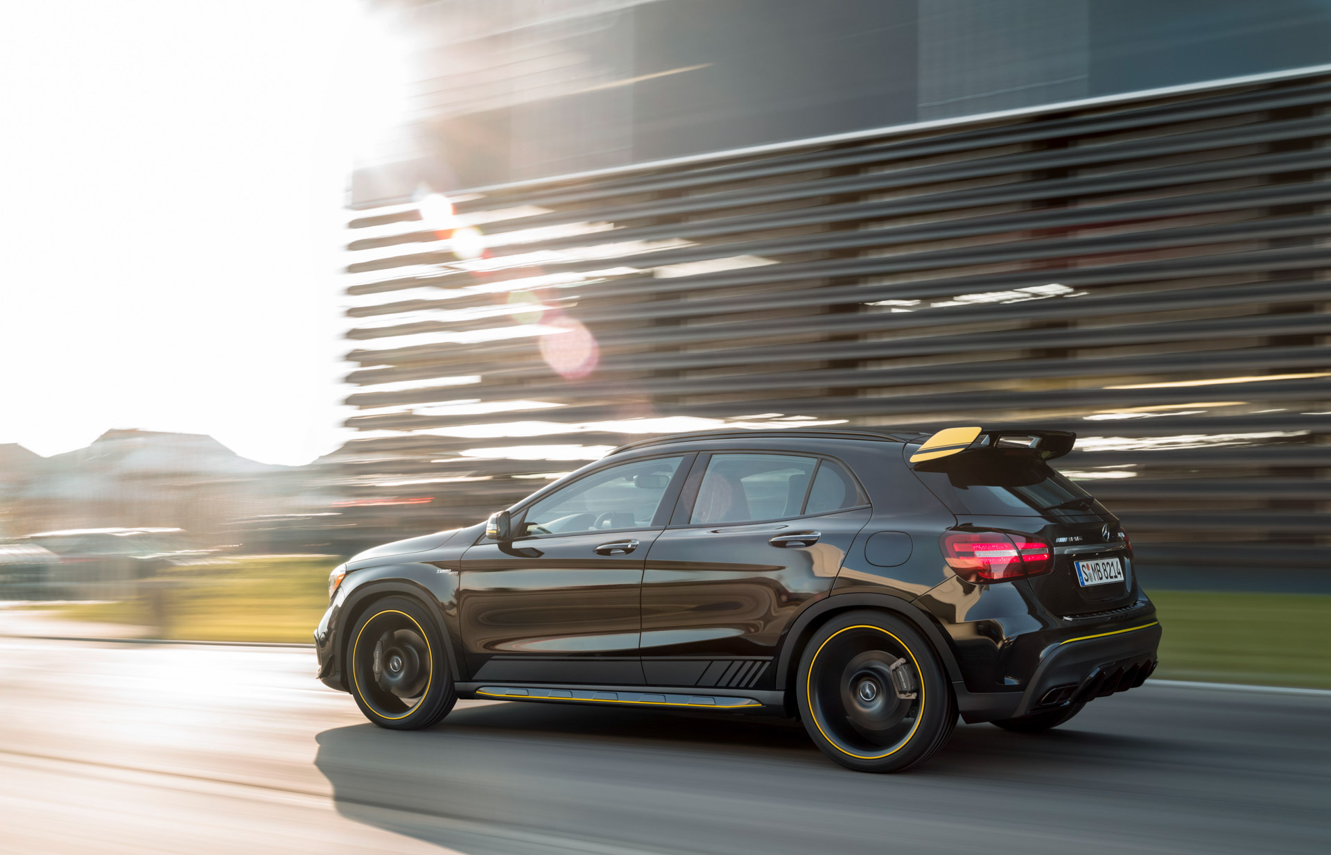 Mercedes-Benz AMG GLA 45 4MATIC Yellow Night Edition, cosmosschwarz, Fahraufnahme ;Kraftstoffverbrauch kombiniert: 7,4 l/100 km, CO2-Emissionen kombiniert: 172 g/km Mercedes-Benz AMG GLA 45 4MATIC Yellow Night Edition, cosmos black, driving shot; Fuel consumption combined:  7.4 l/100km; Combined CO2 emissions: 172 g/km