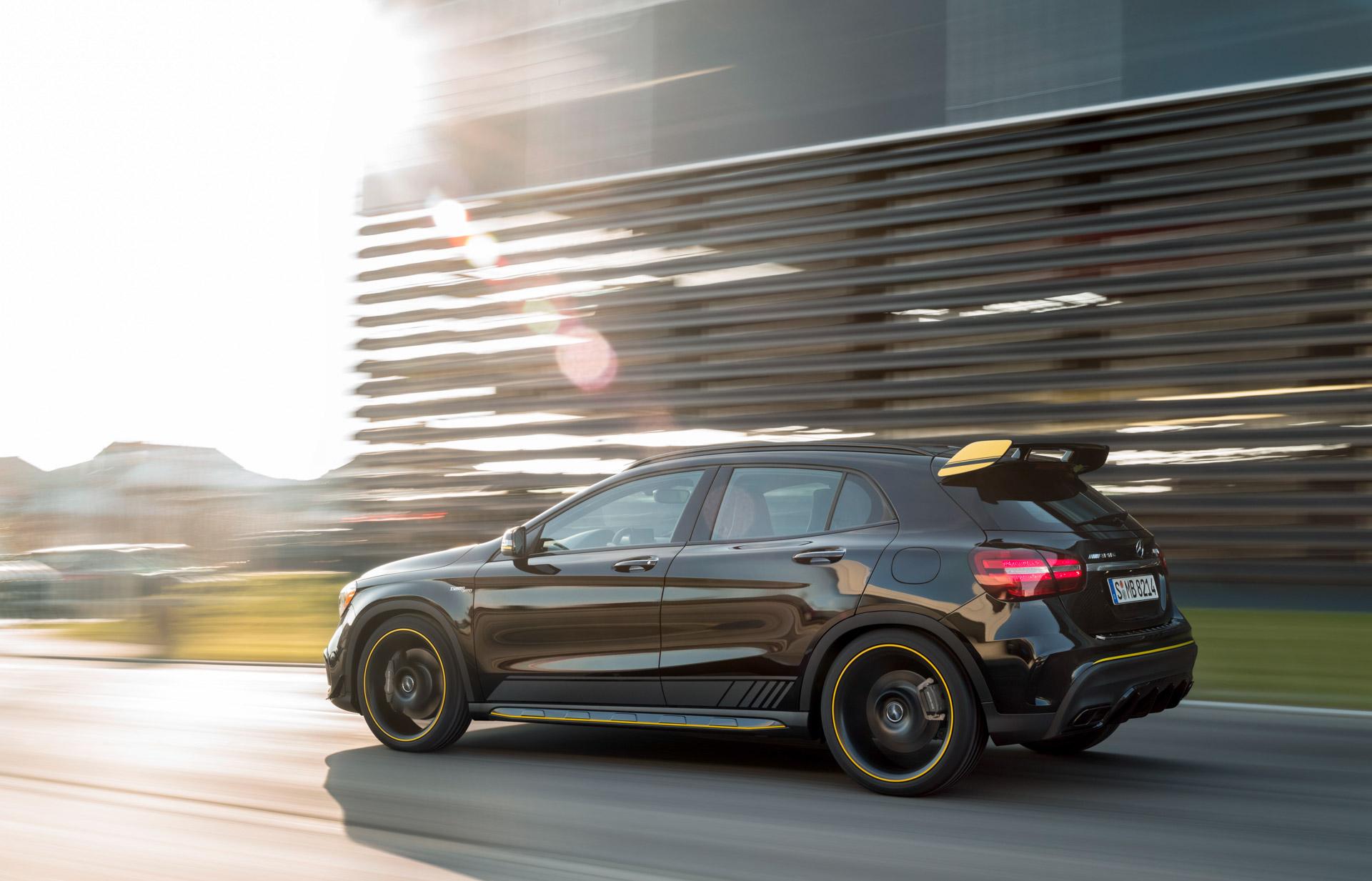 Mercedes-Benz AMG GLA 45 4MATIC Yellow Night Edition, cosmosschwarz, Fahraufnahme ;Kraftstoffverbrauch kombiniert: 7,4 l/100 km, CO2-Emissionen kombiniert: 172 g/km Mercedes-Benz AMG GLA 45 4MATIC Yellow Night Edition, cosmos black, driving shot; Fuel consumption combined:  7.4 l/100km; Combined CO2 emissions: 172 g/km