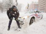Американские полицейские не жалеют застрявшие фуры