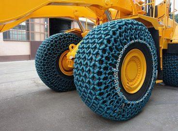 Как установить цепи на огромное колесо за 18 000 долларов