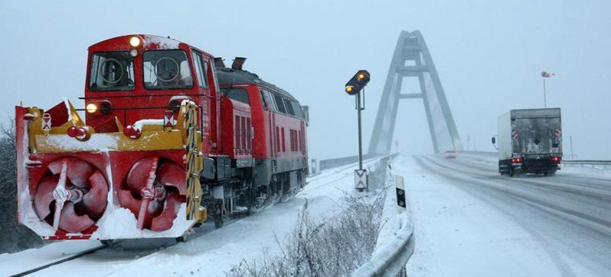 Красивое видео – поезда рассекают снег