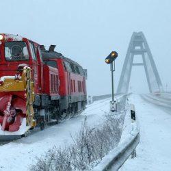 Красивое видео - поезда рассекают снег