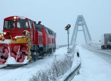 Красивое видео — поезда рассекают снег