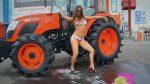 Современное мировое сельское хозяйство. Сексуальные девушки моют трактор!