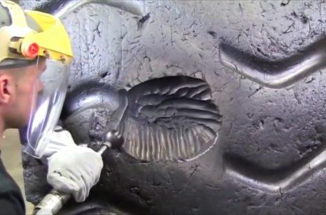 Ремонт огромного дорогого колеса карьерного самосвала
