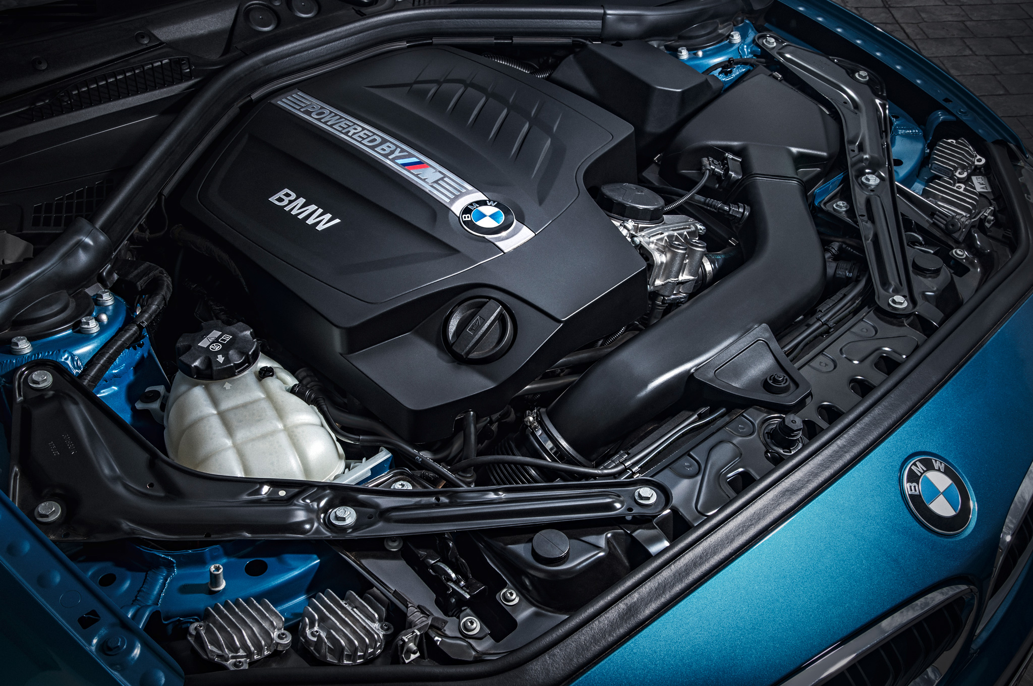 2016-BMW-M2-Coupe-engine-013