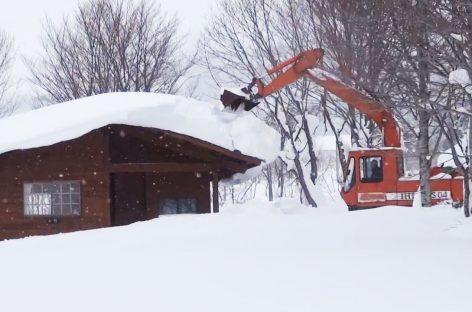 Механизированная уборка снега с крыш домов