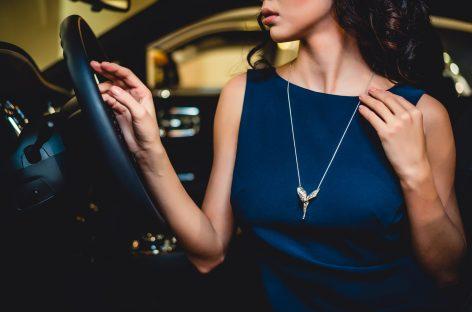 Rolls-Royce дарит серебряную подвеску