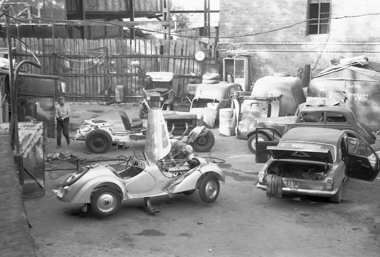 Несколько гаражей на Хлебозаводском проезде образовывали дворик, который облюбовали реставраторы в 80-е годы. На фото: фургон Opel P6 и шасси Mercedes-Benz 540K Александра Алексеевича Ломакова, родстер BMW-328 и ГАЗ-24 Бориса Алексеевича Нестерова.