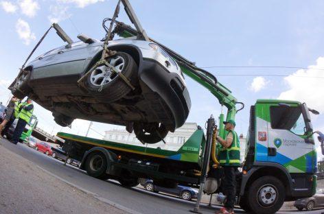 В Москве начали эвакуировать потенциально опасные автомобили