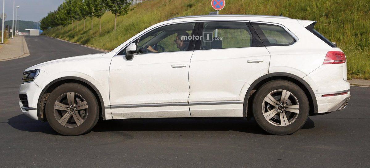 В сеть попали шпионские фото VW Touareg нового поколения