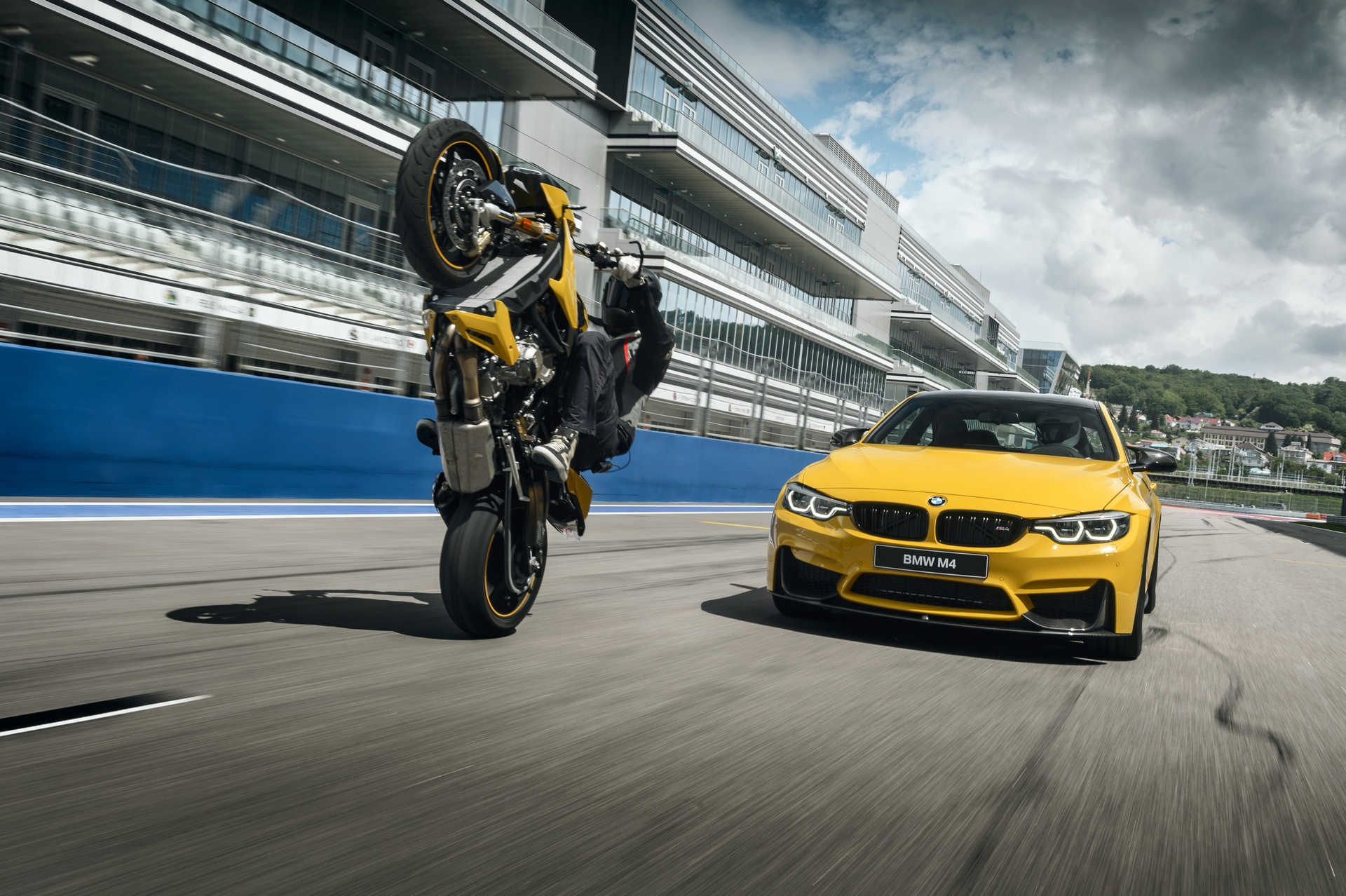 BMW M4 и байк BMW S1000R Competition