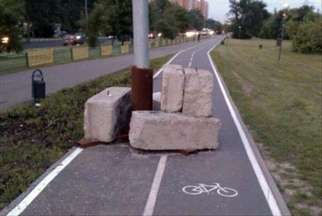 Главное защитить столб от нерадивых велосипедистов