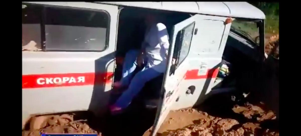Под Ярославлем «Скорая» с пациенткой 4 часа не могла выбраться из грязи