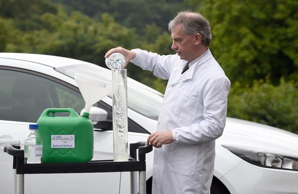 заправка автомобиля топливом из виски