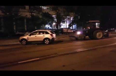 Трактор перетащил машины под запрещающий знак