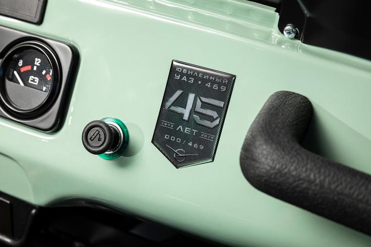 Во внешнем оформлении заметны глянцевый белый верх, зеленый цвет кузова и матовые компоненты черного цвета.