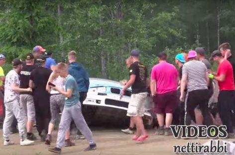 Зрители вручную вернули на трассу раллийного гонщика: зрелищная авария
