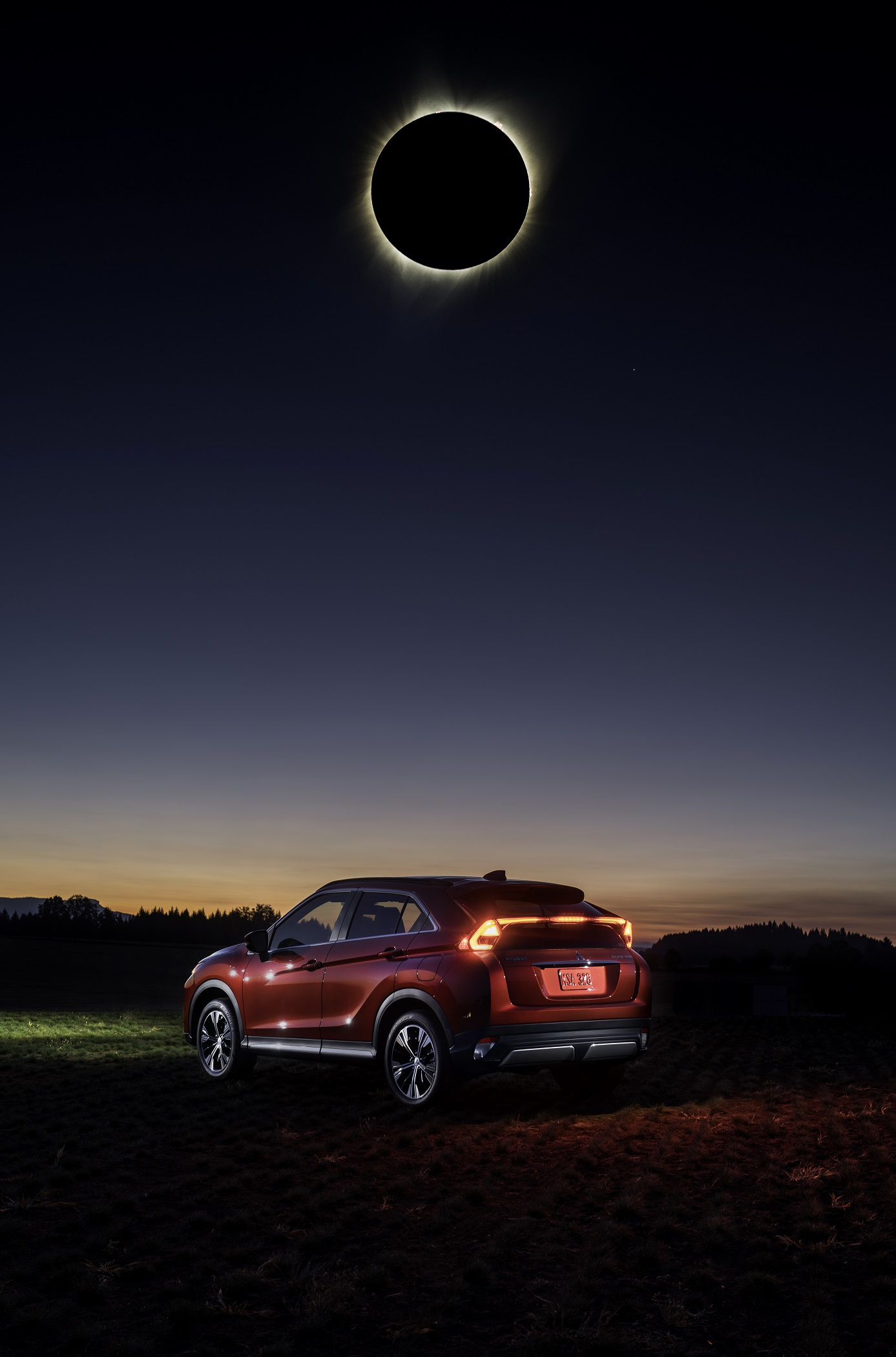 Mitsubishi Eclipse Cross на фоне солнечного затмения