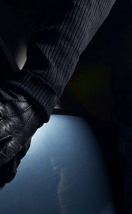 Пойманный на взятке инспектор ДПС пытался сбежать на чужом авто