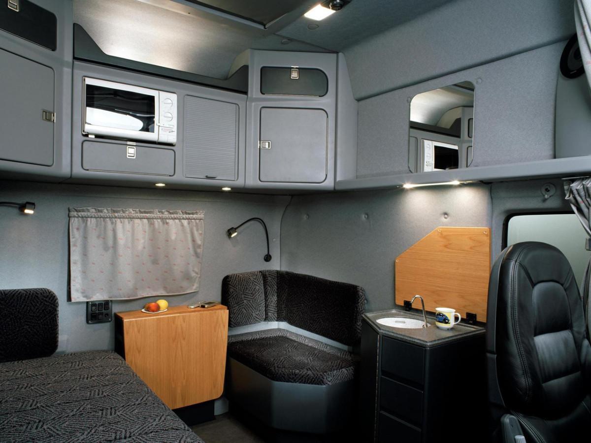 Для дальнобойщиков предлагалась полноразмерная кровать, вместо стандартной полки шириной 0,8 м, мини-кухня с мойкой, блок с аудио-видео и телевизором.